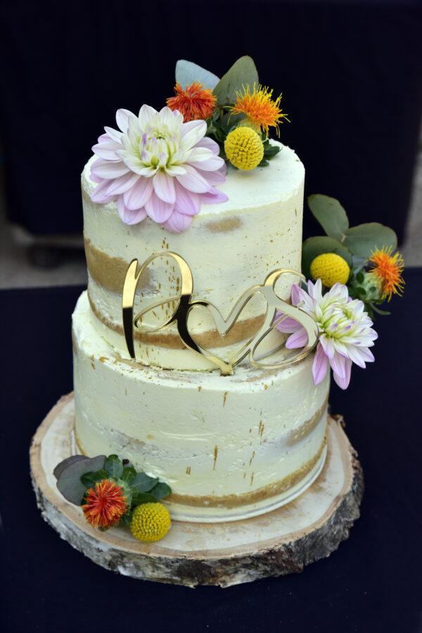 Naked Cake met bloemen, custom taarttopper en houten schijf